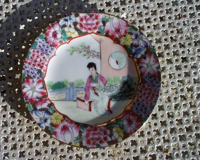 Petite assiette asiatique décorative signée