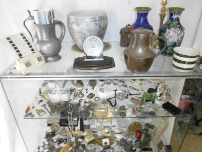 Tres nombreux objets de vitrine